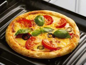 ピザはフタなしで調理していっそう香ばしく。
